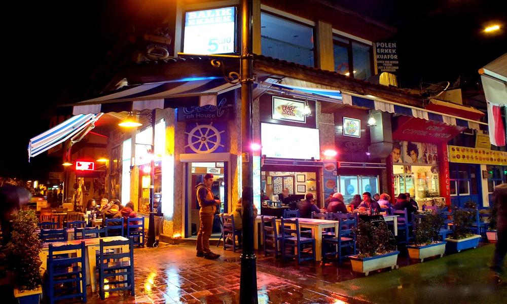 نمایی از یک رستوران زیبا در آنتالیا